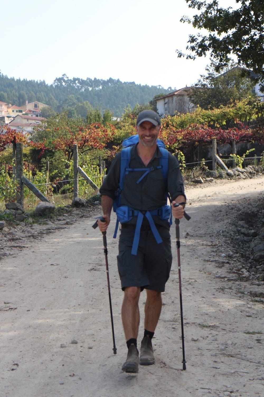Pakkeliste til caminoen for mænd - outdoorkasket, vandrestave, skjorte og shorts