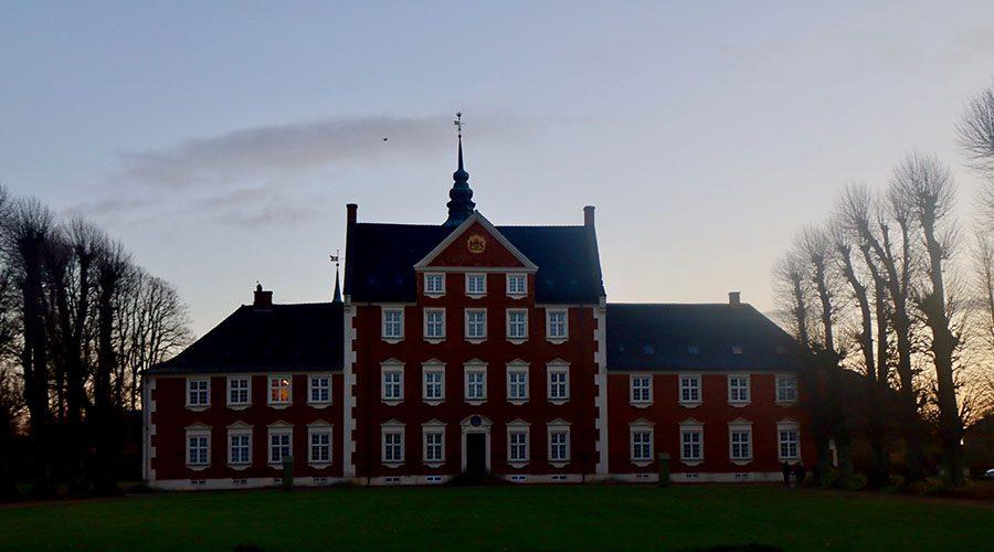 Jægerspris Slot i aftensol efter vandretur